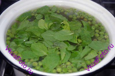 Положить в суп листья мяты и снять кастрюлю с огня.