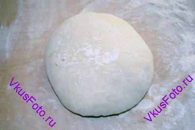 Поднявшееся тесто выложить на доску с мукой. Из теста <a href=http://www.vkusfoto.ru/raznoe/kak_sformirovat_shar_iz_testa/116.html>сформировать шар</a>.
