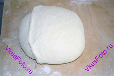 Придать хлебу круглую форму, заправляя края теста вниз под буханку.