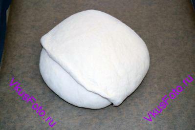 Переложить хлеб на противень с пекарской бумагой и оставить на 50 минут для подъема.