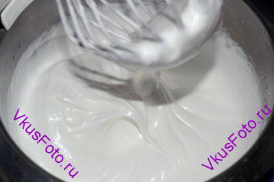 В яичные белки постепенно добавить сахар, не переставая взбивать. Когда масса станет белой и гладкой перестать взбивать.