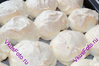 Сушить кокосовые меренги в духовке при температуре 150 градусов 1-1,5 часа. Полностью остудить в духовке, не открывая дверцу.
