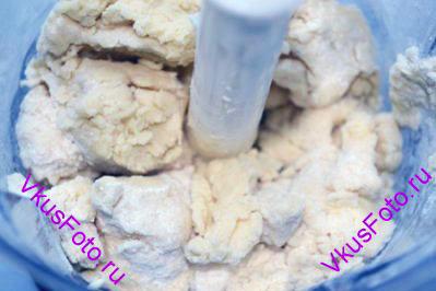 Засыпать мукой и сделать масляную крошку с помощью блендера. Крошку можно сделать и вручную.