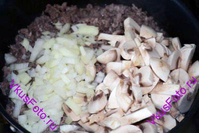 В мясной фарш добавить лук и грибы. Приправить солью и перцем. Жарить 15 минут. Снять с огня.