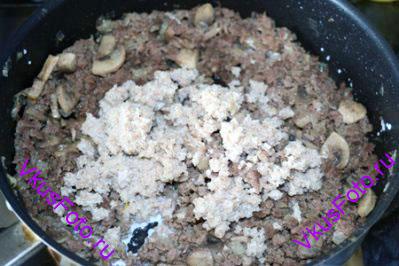 Ржаной хлеб размочить в молоке и добавить в фарш.
