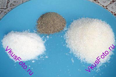 К кабачкам добавить соль, сахар и черный перец. Молотый перец делает рассол мутным, поэтому лучше взять перец в горошинах.