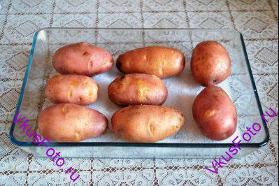 Картофель помыть, высушить, положить на противень посыпанный крупной солью. Запекать в духовке до готовности в течении 1 часа при температуре 180 градусов.