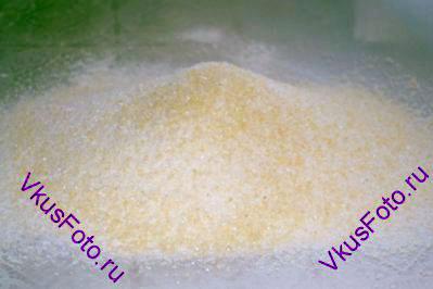 К просеянной миндальной муке добавить 150 г сахарной пудры и просеять через сито 2 раза.