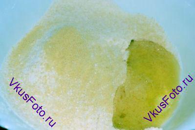 К сухим ингредиентам положить 55 г состаренных яичных белков.  Не перемешивать!!!  <i>Чтобы получить состаренные яичные белки, нужно оставить их в закрытой посуде при комнатной температуре на 24 часа. </i>