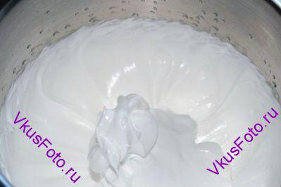 Взбивать нужно до тех пор пока масса не остынет и не станет гладкой, при этом белки увеличатся в объеме.