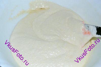 Аккуратно перемешать массу, при этом нужно вращать миску по кругу. Масса должна стать однородной, а все ингредиенты перемешаться между собой. Если капнуть тесто, то оно должно растечься и не оставить кончика.