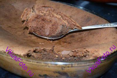 Выпекать бисквит в духовке 1 час при температуре 180 градусов.