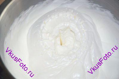 Затем, продолжая взбивать, частями добавить сахар и взбивать пока белки не станет густыми и блестящими.