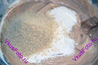 Крахмал просеять и вместе с молотым миндалем ввести в шоколадную массу.