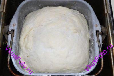 Всыпать оставшуюся муку и замесить тесто. Месить 15-20 минут.  Дать тесту увеличится в 2-2,5 раза.