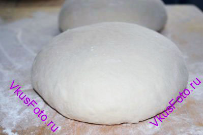 Разделить тесто на 2 части и каждую часть помесить, чтобы вышел воздух. <a href=http://www.vkusfoto.ru/raznoe/kak_sformirovat_shar_iz_testa/116.html>Сформировать шар</a> и дать тесту отдохнуть 10 минут.