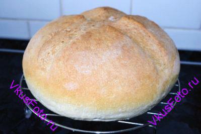Поставить хлеб в холодную духовку и выставить температуру 200 градусов. На нижний уровень поставить емкость с водой. Выпекать 1 час с паром.