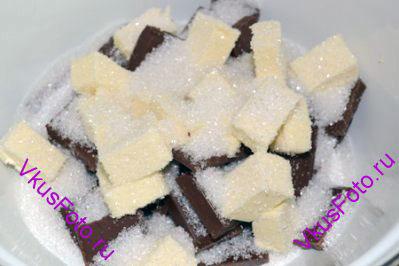В миску поломать шоколад, нарезать сливочное масло и всыпать сахар.