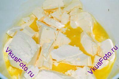 Сливочное масло растопить. Добавить сахар и соль. Остудить.