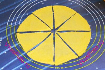 Лепешку разрезать на 8 равных треугольников.