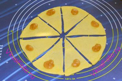 В основание каждого треугольника положить яблочное повидло.