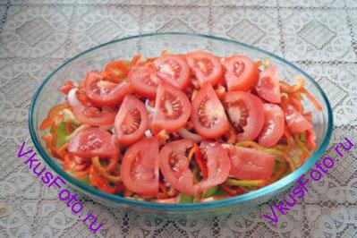 Нарезать помидоры и уложить следующим слоем, посолить.