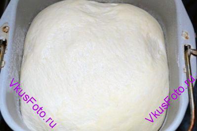Поставить тесто в теплое место на 1,5 часа. При этом тесто обмять 2 раза (через каждые 30 минут).