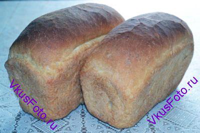 Выпекать хлеб в предварительно разогретой духовке при температуре 210 градусов в течении 35-40 минут. Хлеб получается вкусный, воздушный, с хрустящей корочкой.