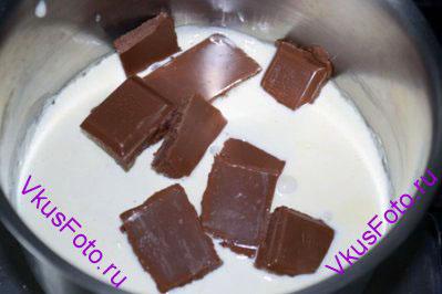 Добавить в сливки кусочки шоколада.