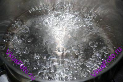 В кастрюле довести воду до кипения.