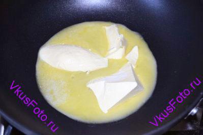 В сотейнике или кастрюле с толстым дном растопить масло.