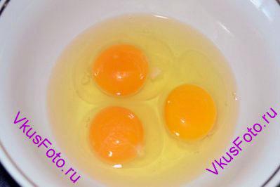 Яйца разбить в миску.