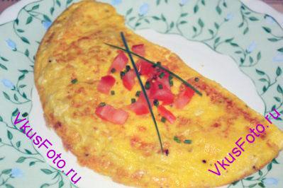 Когда нижняя часть поджарится, переложить яичницу на тарелку.