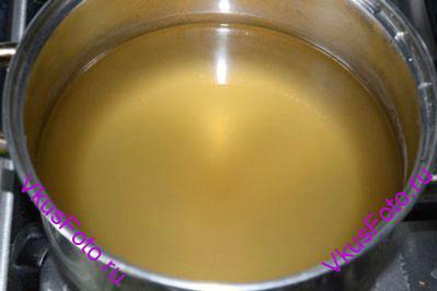 Налить в кастрюлю готовый бульон Даси (Даши).