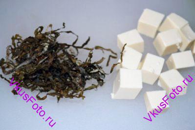 Положить в суп сушеные водоросли Араме и сыр Тофу нарезанный кубиками 1х1 см. Довести суп до кипения и сразу же снять с огня. Настаивать суп в течении 1 минуты.