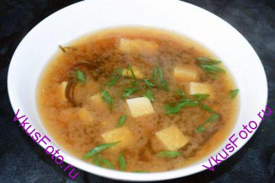 Разложить суп по тарелкам и украсить зеленым луком.