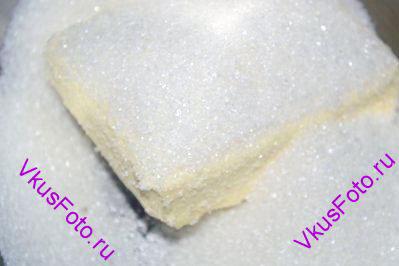 Сливочное масло комнатной температуры засыпать сахаром 190 г и взбить добела.