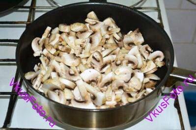 Шампиньоны нарезать, посолить и тушить в сковороде пока не выпарится выделившаяся жидкость.