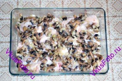 Сверху положить жареные грибы с луком.