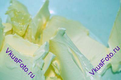 Сливочное масло комнатной температуры нарезать кусками.