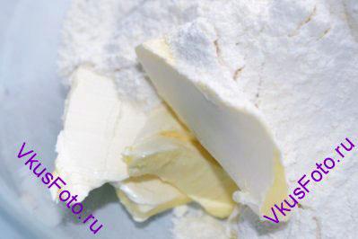 Поверх сливочного масла просеять муку.