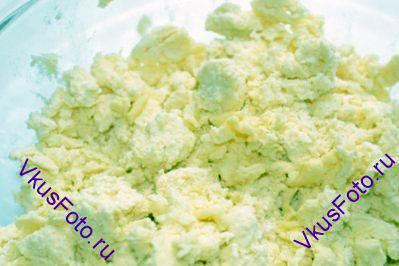Растереть масло с мукой, чтобы получилась масляная крошка.