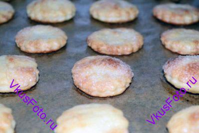 Выпекать печенье в разогретой духовке в  течении 12 минут при температуре 250 градусов.
