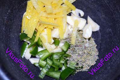 В ступку положить цедру лимона, нарезанные чеснок и перец чили, розмарин, соль и перец, выжать сок лимона. Растереть.