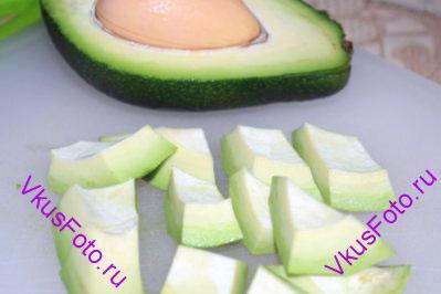 Для приготовления соуса авокадо очистить от кожуры, удалить косточку и нарезать.