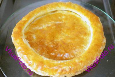 Выпекать основу для торта в духовке 20 минут при температуре 230 градусов. Когда основа будет готова, полностью остудить. Если две части теста склеились, то нужно аккуратно надрезать ножом по внутреннему диаметру кольца. В результате основа должна напоминать тарелку с углублением.