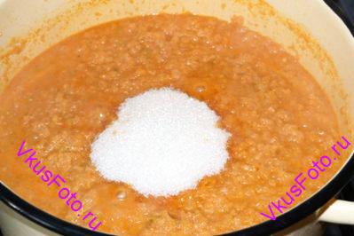 Затем добавить соль и сахар.