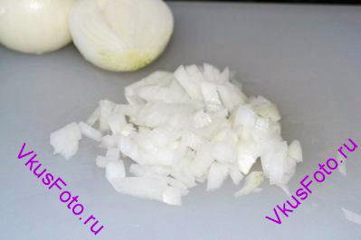 <i>Овощное рагу носит название Студенческое из-за того что в нем содержатся дешевые продукты: овощи и сосиски.</i> Лук мелко нарезать.