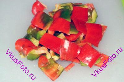 Сладкий перец нарезать квадратами примерно 2х2 см.