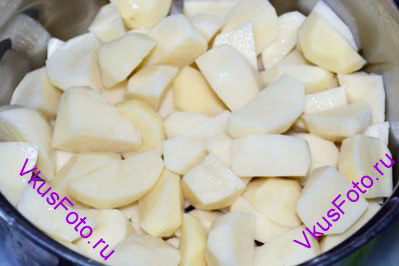 Картофель очистить и нарезать брусочками 2х2 см.